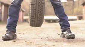 Mecánico Holding Car Tire en el garaje almacen de metraje de vídeo