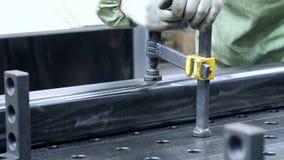 Mecánico que afianza el objeto del metal con abrazadera en vicio Equipo industrial auxiliar almacen de video