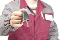 Mecánico que da un clave del coche foto de archivo libre de regalías