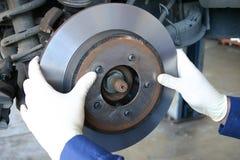 Mecánico que instala el rotor trabajado a máquina Imágenes de archivo libres de regalías