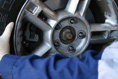 Mecánico que instala la rueda Fotos de archivo