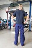 Mecánico que mira el coche foto de archivo