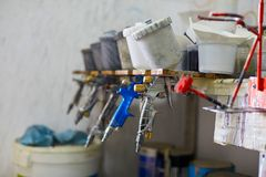 Mecánico que prepara la pintura para la carrocería de un coche en garaje especial Foto de archivo