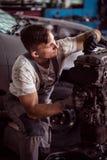 Mecánico que repara el motor Fotografía de archivo libre de regalías