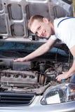 Mecánico sonriente en el trabajo Foto de archivo libre de regalías