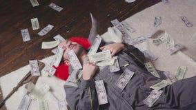 Mecánico y dinero que cae almacen de metraje de vídeo