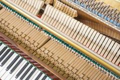 Mecánicos de la acción de un piano vertical Imágenes de archivo libres de regalías