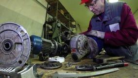 Mecánicos de la maquinaria industrial y trabajador del mantenimiento almacen de metraje de vídeo