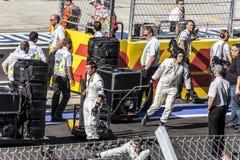 Mecánicos de Mercedes en la línea de salida Fotografía de archivo