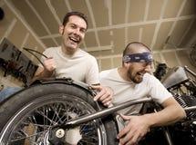 Mecánicos de risa de la motocicleta foto de archivo libre de regalías