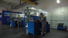Mecánicos en el centro de servicio almacen de video