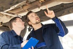 Mecánicos en el trabajo. Imagenes de archivo