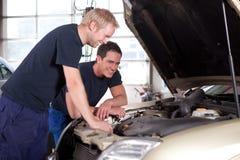 Mecánicos en taller de reparaciones auto Foto de archivo