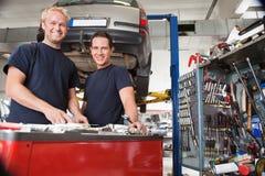 Mecánicos en un departamento auto Imagen de archivo