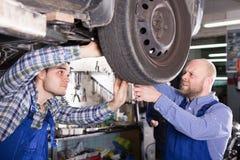 Mecánicos profesionales que reparan el coche Fotografía de archivo libre de regalías