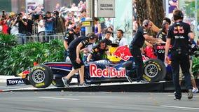 Mecánicos que empujan Red Bull que compite con el coche F1 Fotos de archivo libres de regalías