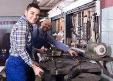 Mecánicos que trabajan con las herramientas Foto de archivo