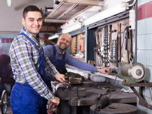 Mecánicos que trabajan en el taller Imágenes de archivo libres de regalías