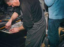 Mecánicos que trabajan junto Foto de archivo