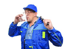 Mecânico bebido adulto que trabalha com vidro do álcool Foto de Stock Royalty Free