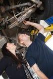 Mecânico com cliente fêmea Fotos de Stock Royalty Free