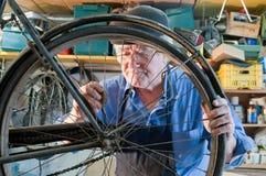 Mecânico da bicicleta no trabalho Imagens de Stock Royalty Free