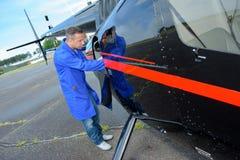 Mecânico da fuselagem no trabalho imagens de stock royalty free