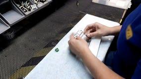 Mecânico da precisão na produção video estoque