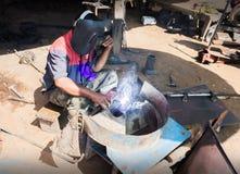 Mecânico de aço do Folkway que trabalha em pouca garagem Fotografia de Stock