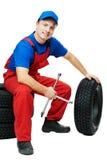 Mecânico de automóvel com pneu e chave inglesa de carro Fotografia de Stock