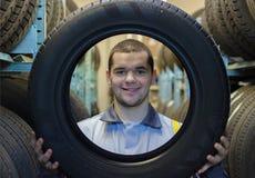 Mecânico de automóvel dos reparadores com pneu de carro Imagens de Stock