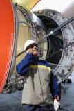 Mecânico de avião com a grande turbina do motor de jato Fotografia de Stock