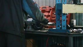 Mecânico na fixação do serviço do carro e detalhe da reparação de automóvel filme