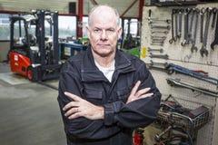 Mecânico na garagem da empilhadeira imagens de stock royalty free