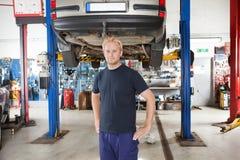 Mecânico na loja de auto reparo Imagem de Stock