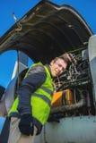 Mecânico perto do motor dos aviões Fotos de Stock Royalty Free