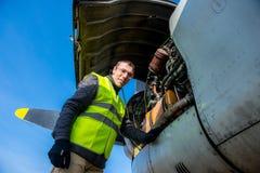 Mecânico perto do motor dos aviões Imagem de Stock Royalty Free