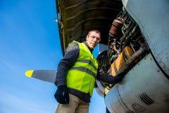 Mecânico perto do motor dos aviões Fotos de Stock