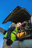 Mecânico perto do motor dos aviões Imagens de Stock