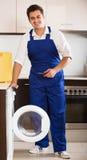 Mecânico profissional que repara a máquina de lavar Foto de Stock