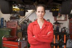 Mecânico que está na garagem foto de stock royalty free