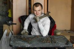 Mecânico que guarda a chave na garagem velha Fotos de Stock Royalty Free