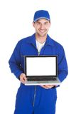 Mecânico que indica o portátil sobre o fundo branco Fotos de Stock Royalty Free