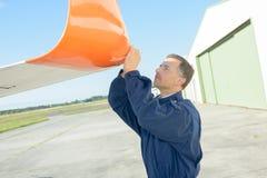 Mecânico que inspeciona o planador da asa Fotos de Stock Royalty Free