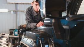 Mecânico que olha à capa da reparação automobilístico do serviço do automóvel Imagens de Stock Royalty Free