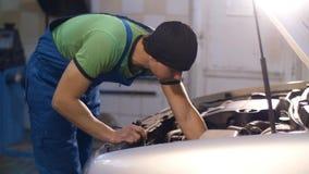 Mecânico que repara um carro video estoque