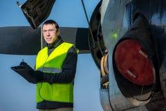 Mecânico que verifica o airplane& x27; motor de s Foto de Stock