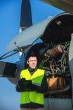 Mecânico que verifica o airplane& x27; motor de s Fotos de Stock