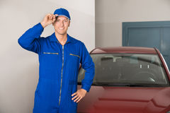 Mecânico seguro In Garage fotografia de stock