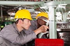 Mecânicos da máquina de tecelagem Foto de Stock